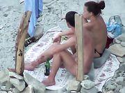 Porr på stranden med en flickvän gör oralsex