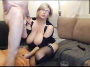 En avsugning och sex med en blond mormor framför webbkamera