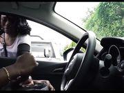 Tjejen tittar på en man onanerar i sin bil