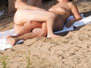 Nudister filmas på stranden