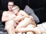 En härlig fru gör en avsugning framför webbkamera